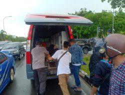 Reaksi Cepat Personil Polsek KKP Batam, Tolong Korban Laka Lantas Simpang KDA